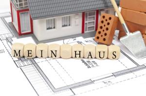 Bauplan mit Ziegelstein und Haus mit Mein Haus
