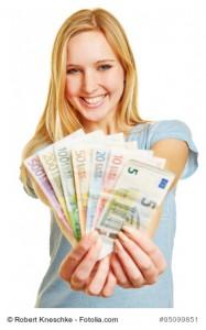 Junge blonde Frau hält Fächer mit Euro Geldscheinen in ihren Händen